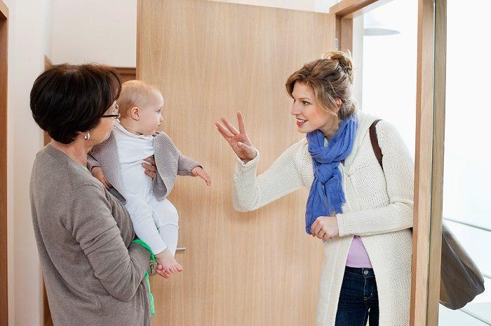 Мама уходит, оставляя младенца бабушкой, машет ему ручкой