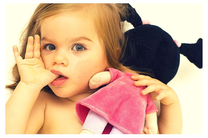 Девочка 2–3 лет сосёт палец