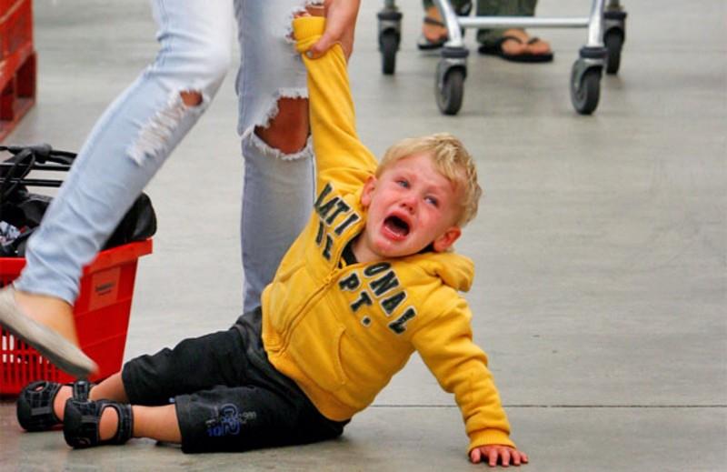 Детская истерика: пожалеть или наказать?