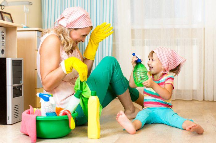 мама с дочкой сидят на полу, рядом моющие средства