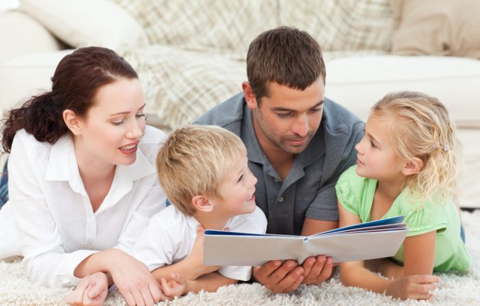 отец с открытой книгой, рядом сын и дочь, в стороне мама