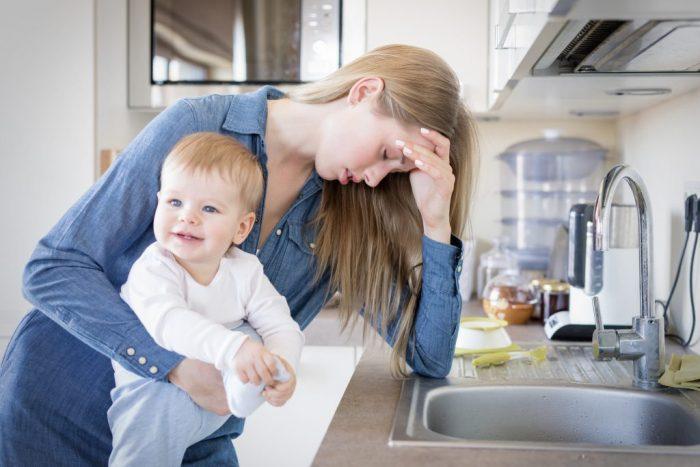 Уставшая женщина с ребёнком