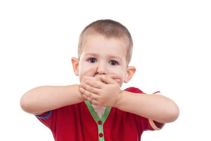 Ребёнок зажал руками рот себе