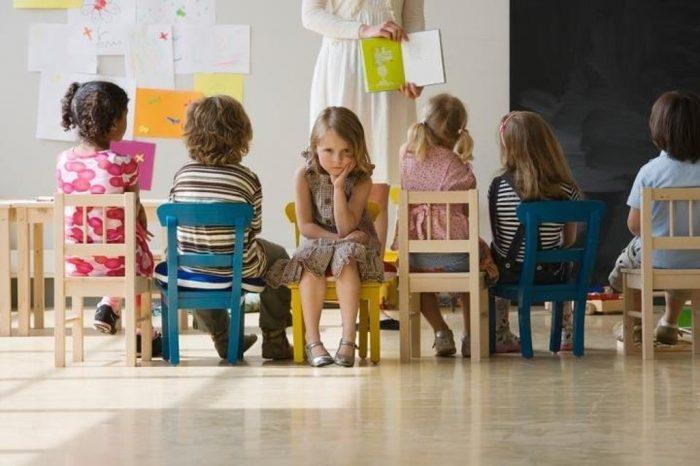Дети сидят нна стульях и молчат