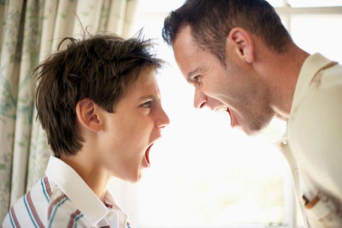 мужчина и подросток кричат друг на друга