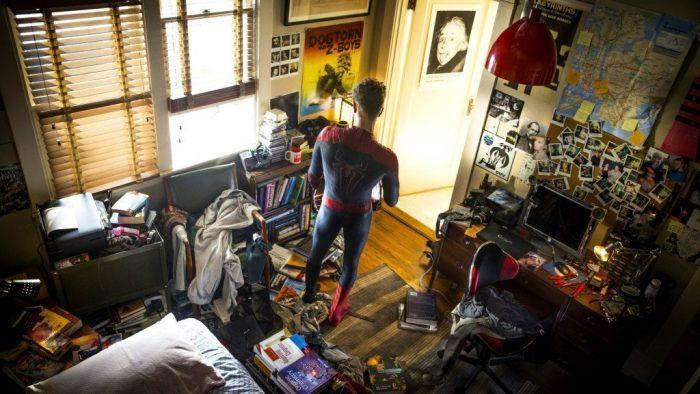 парень в костюме Спайдермена среди бардака в комнате