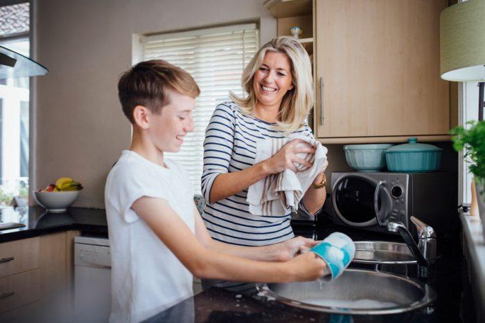 Мама с сыном моют посуду