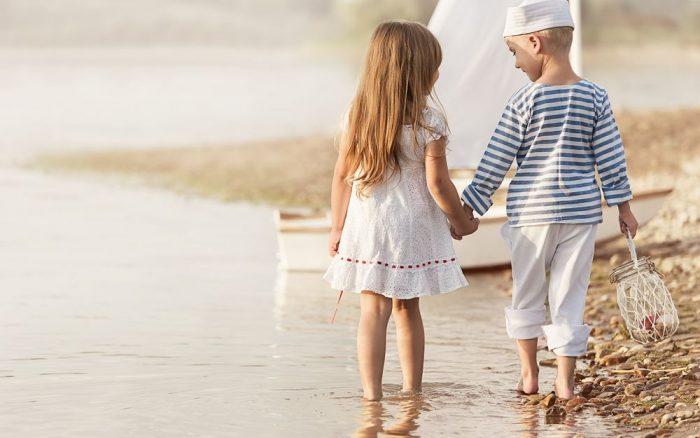 Мальчик и девочка гуляют по воде