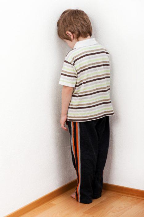 Ребёнок стоит в углу
