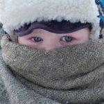 Нос и рот ребёнка укрыты пуховым платком