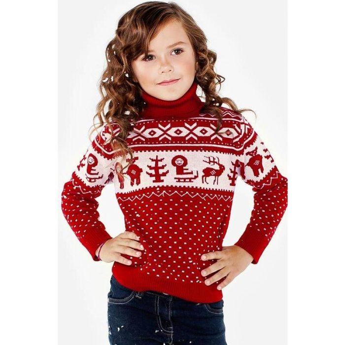 Девочка в свитере с высоким горлом
