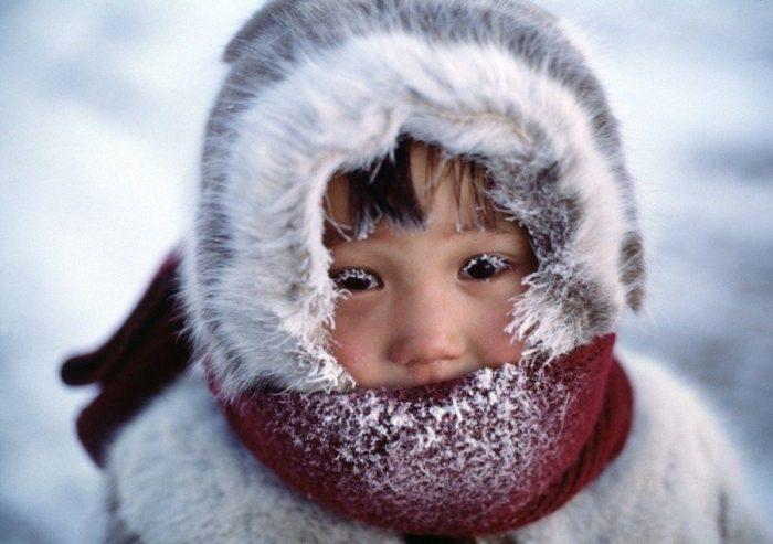 У ребёнка замотан шарфом подбородок