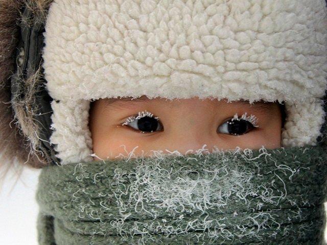 У ребёнка нос и рот укрыты шарфом
