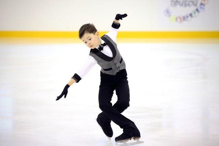 Ребёнок выступает на соревнованиях по фигурному катанию