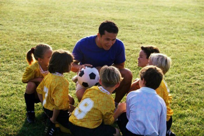Тренер общается с детьми