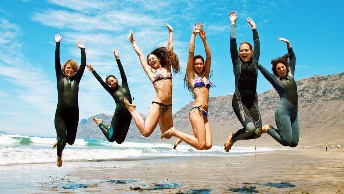 женщины на берегу моря