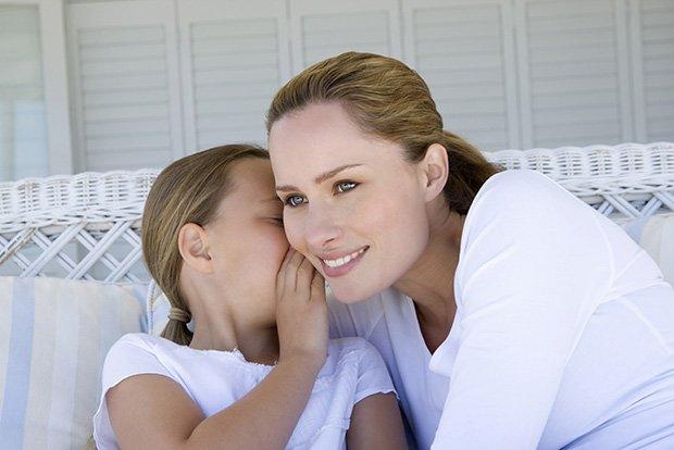 Девочка секретничает с мамой