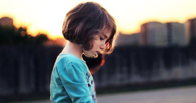 Девочка сидит в одиночестве