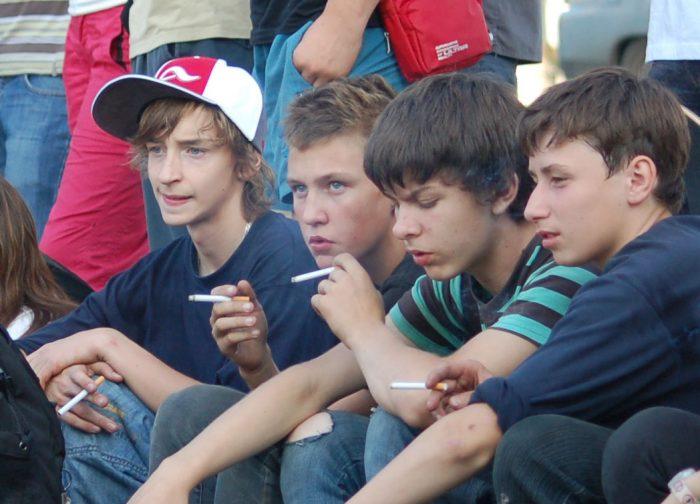 Мальчики-подростки курят