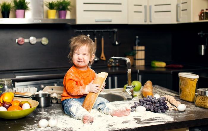 Довольный ребёнок на кухне