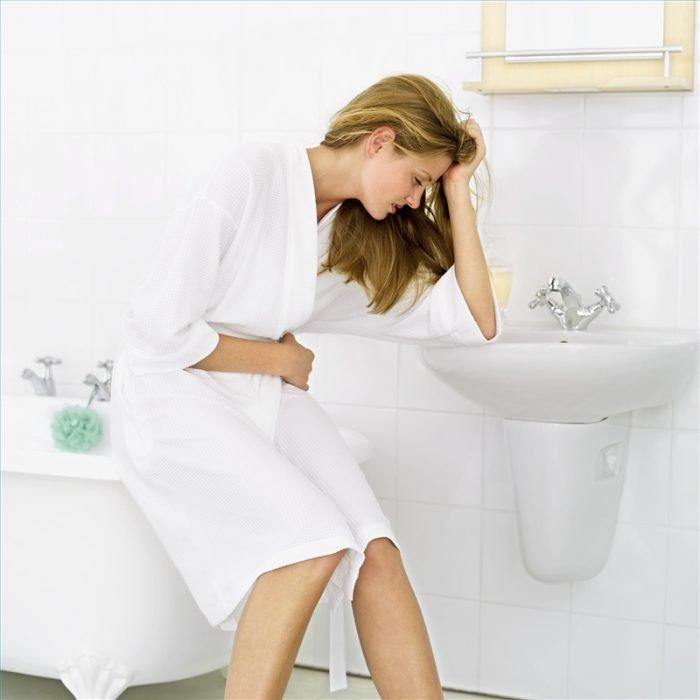 Женщина сидит над раковиной