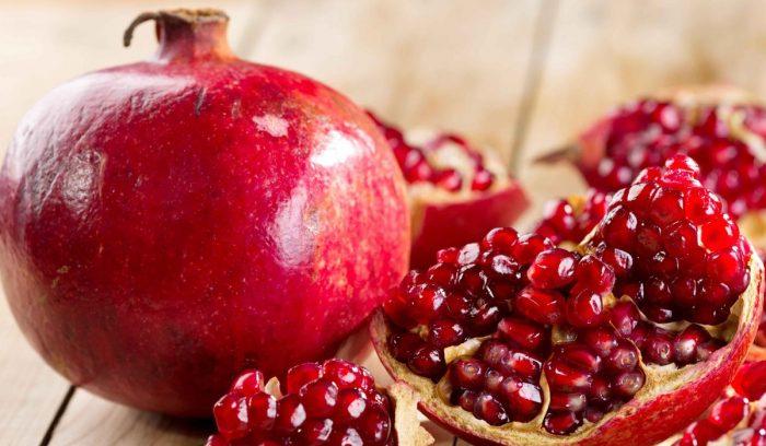 Плоды граната лежат на столе