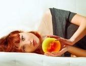 Девушка держит шар с эмбрионом внутри