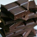 Дольки тёмного шоколада, сложенные столбиком
