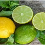 Лимон и лайм лежат на столе