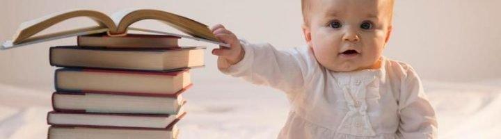 Малыш со стопкой книг