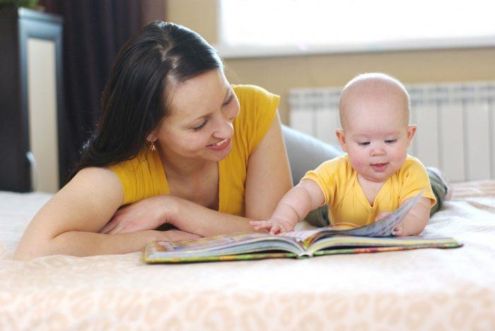 Мама и малыш рассматривают картинки в книге