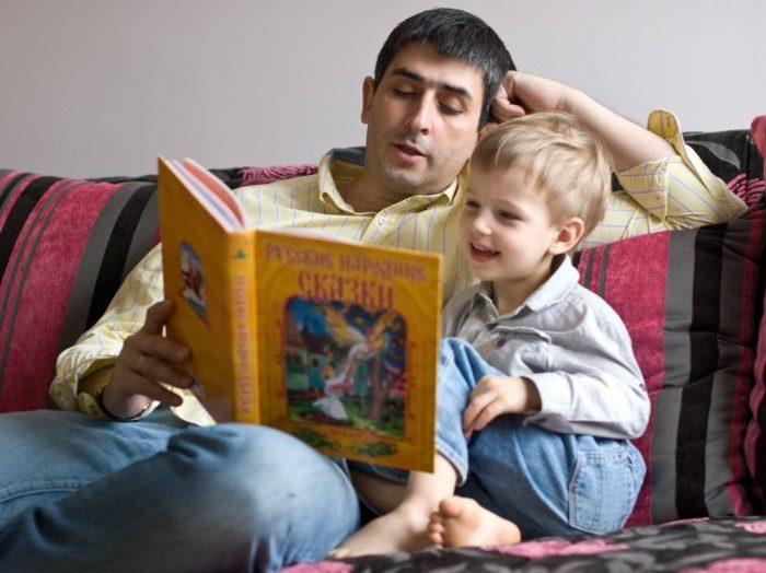 Папа с сыном читают русские народные сказки