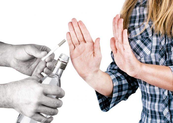 Подросток отказывается от сигарет и алкоголя