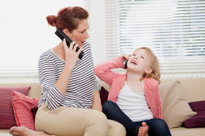 Девочка пародирует, как мама разговаривает по телефону