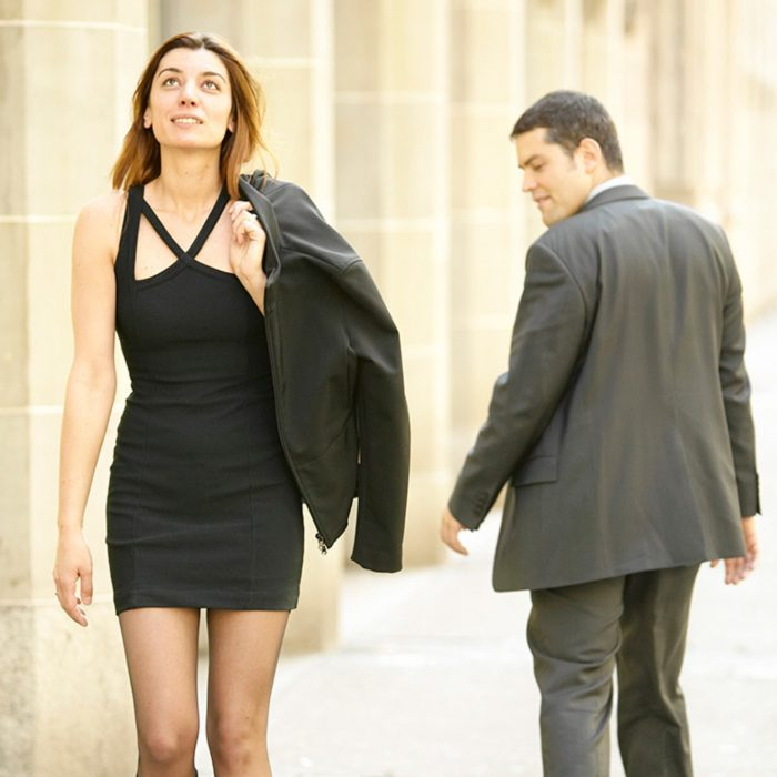 Мужчина оборачивается и оценивающе смотрит на проходящую девушку