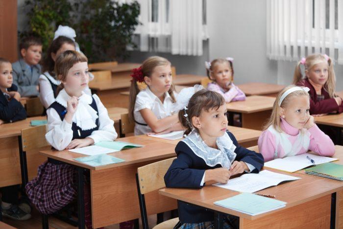 Дети за школьными партами