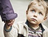 ребенок ждет в очереди
