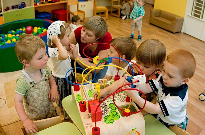 Дети играют в лабиринт