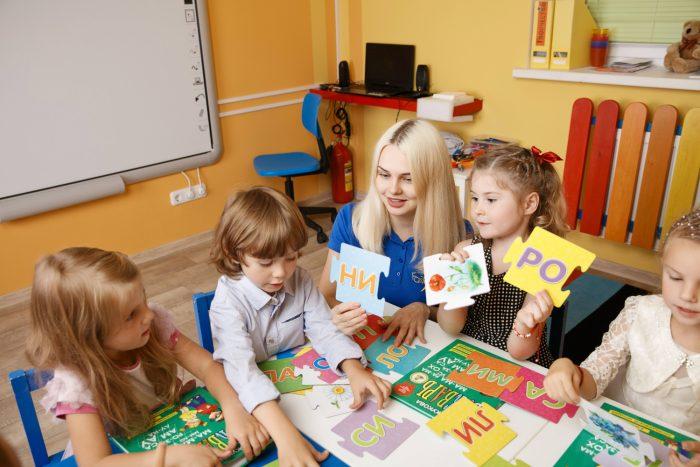 Воспитательница занимается с детьми