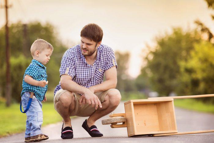 Отец разговаривает с сыном