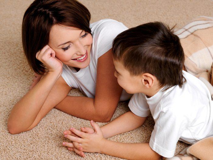 Мать улыбается сыну
