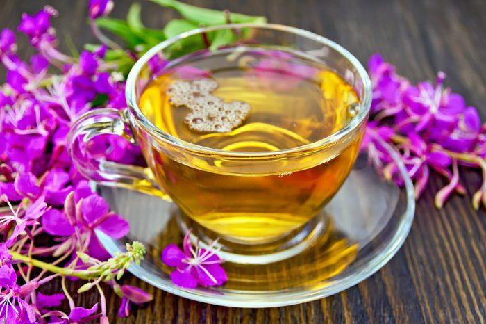 Иван-чай в кружке, рядом соцветия растения