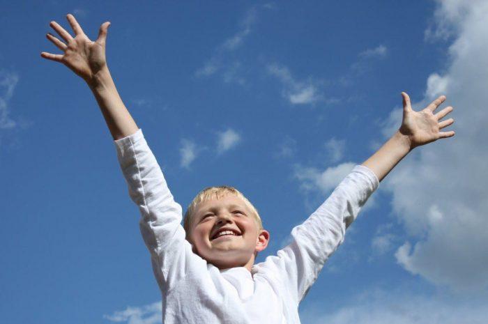 Ребёнок поднял руки вверх
