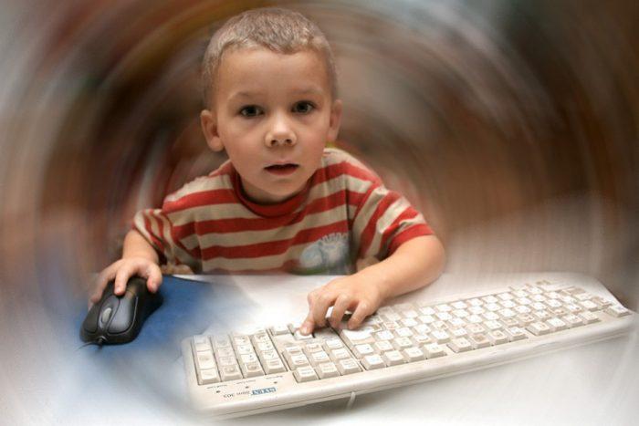 Ребёнок за компьютером оказался в виртуальном мире