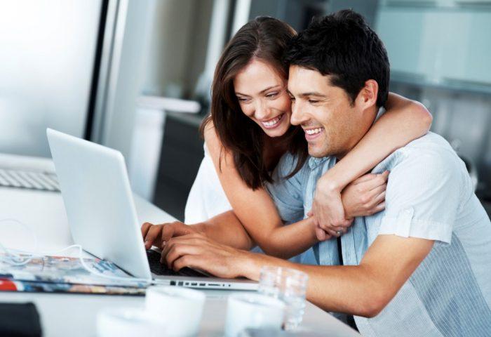 Мужчина и женщина смотрят в монитор