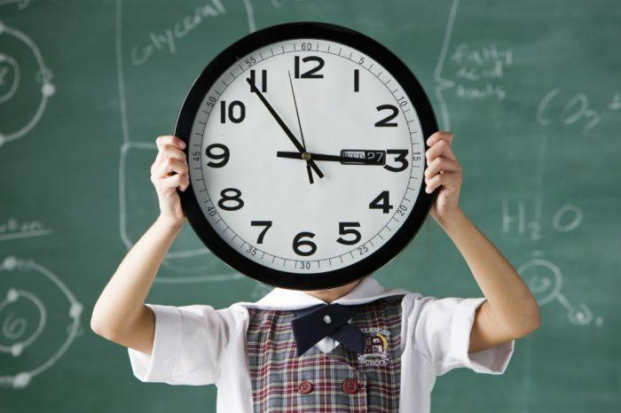 Ребёнок держит часы