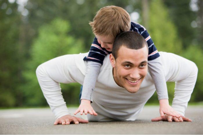 Папа отжимается с ребёнком на спине