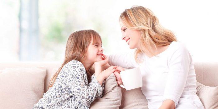 Мама и дочь сидят напротив друг друга