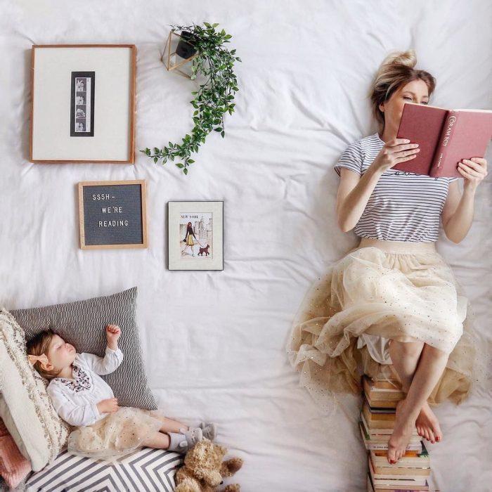 Женщина читает книгу пока спит ребёнок