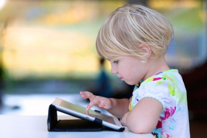 Ребёнок за планшетом